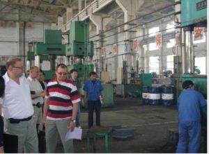 2017-7-18 US customers visited the factory and accepted the low expansion and gold plate of Invar36